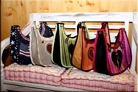 individuelle handgemachte dirndl taschen handtaschen trachtenmode alpenmode. Black Bedroom Furniture Sets. Home Design Ideas